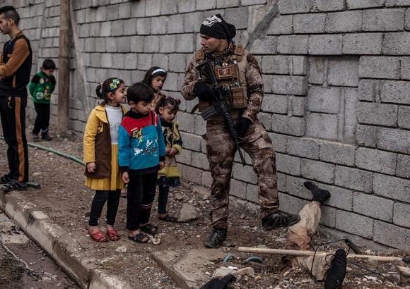 جسد یک داعشی تبدیل به جاذبه ای برای کودکان شد +عکس