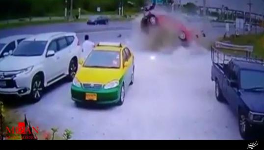 نجات معجزهآسا از پرسشدن بین دو خودرو + فیلم