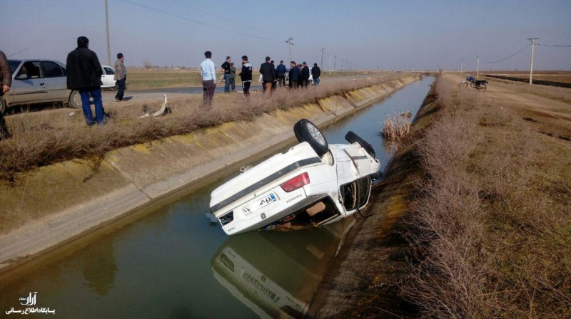 واژگونی خودرو پژو پارس به داخل کانال آب