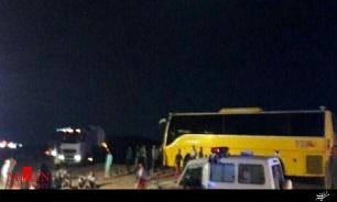 تصادف تریلی و اتوبوس مسافربری در دیهوک/ 12 نفر مجروح شدند