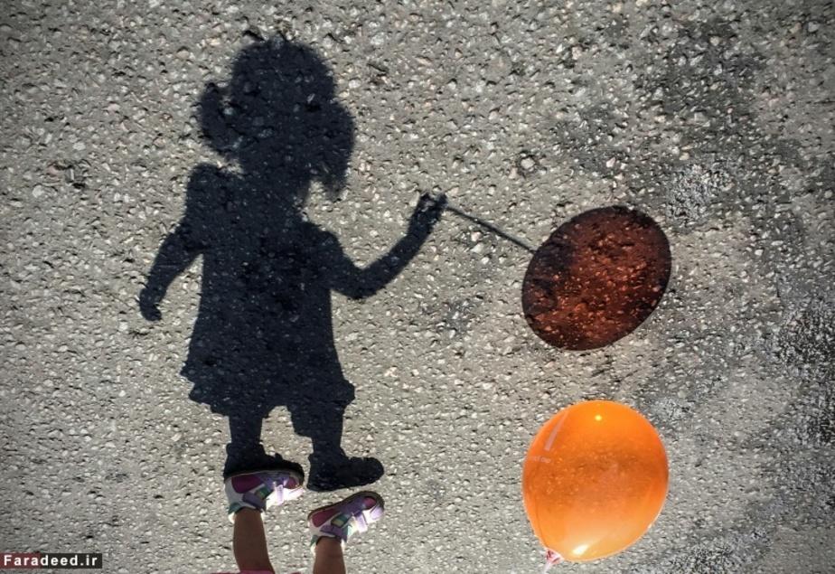 بازی دختری با بادکنک در مسکو