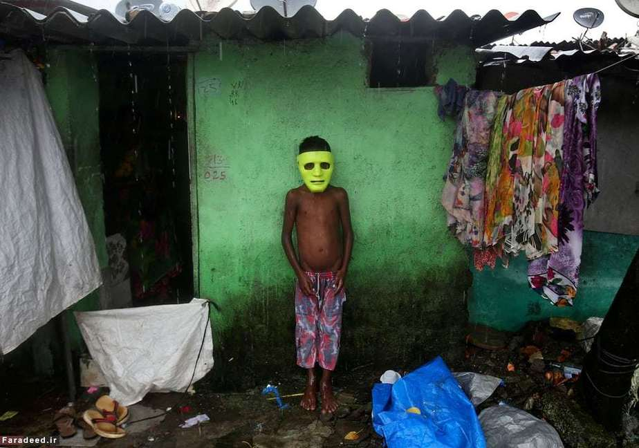 پسر هندی بیرون خانهاش در بمبئی
