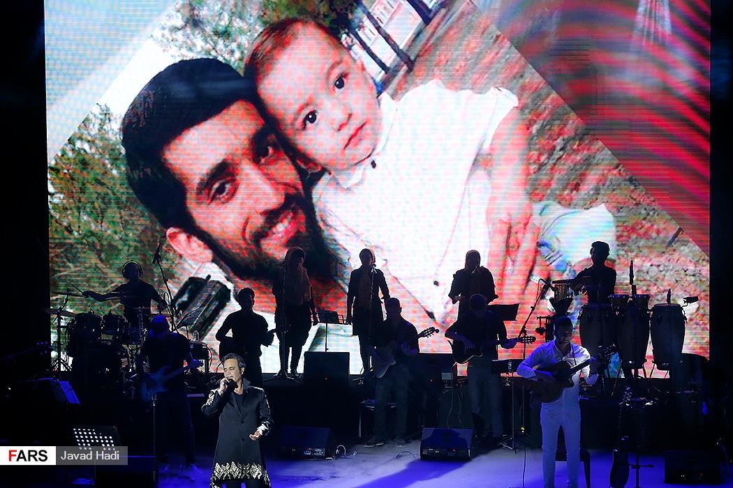 عکس شهید حججی در دکور کنسرت شهرام شکوهی