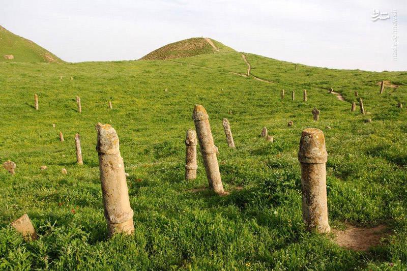 کمی دورتر از زیارتگاه خالد نبی، بر روی یکی دیگر از تپههای این منطقه، تندیسهای سنگی متعددی در کنار یکدیگر و به طور پراکنده، مانند یک گورستان، از زمین قد برافراشتهاند. بر اساس مستندات و شواهد، قدمت این گورستان تاریخی به هزاران سال پیش مربوط میشود. همچنین به نظر میرسد که تعداد این سنگها در ابتدا در حدود ۶۰۰ عدد بوده است.