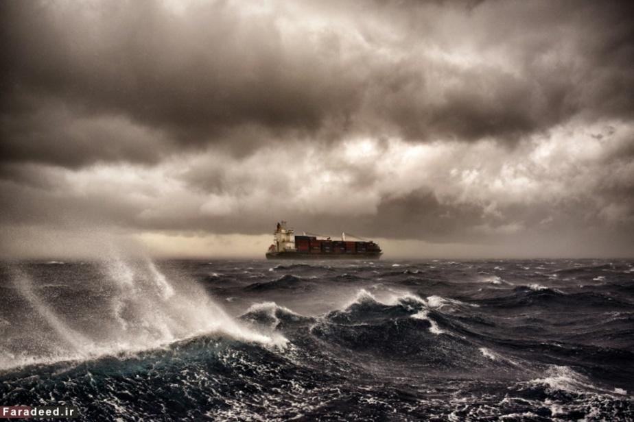 کشتی در دریای ناآرام مدیترانه نزدیک مالت