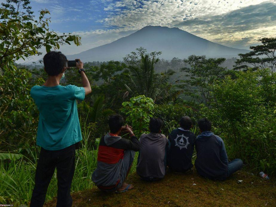 تماشای کوه آتشفشان در بالی که بعد از 50 سال فعال شده