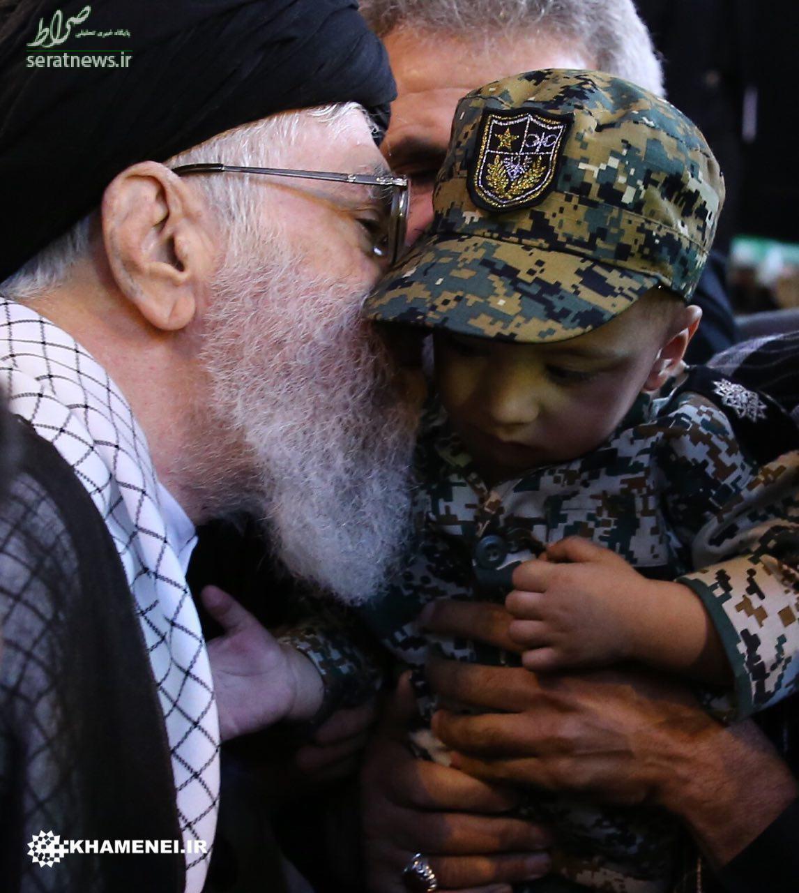عکس/ بوسه رهبرانقلاب بر فرزند شهید حججی