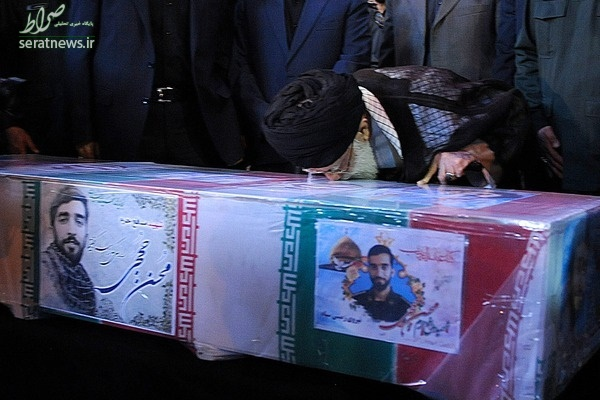 عکس/ بوسه رهبرانقلاب بر پیکر شهید حججی