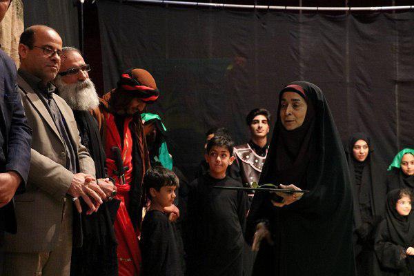 57974216002 - گزارش تصویری تجلیل از عوامل نمایش «کاروان نور» در محمود آباد