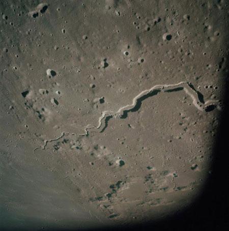 سازه های باستانی در سمت تاریک ماه ؛ آیا بیگانگان از رگ گردن به ما نزدیک تر بودهاند؟