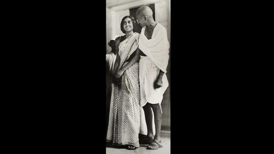 ایندیرا و مهاتما گاندی در دهلی نو در بیست و یک نوامبر سال دو هزار و هفده