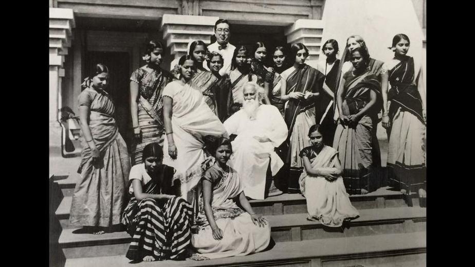ایندیرا گاندی (نفر طرف راست تصویر)
