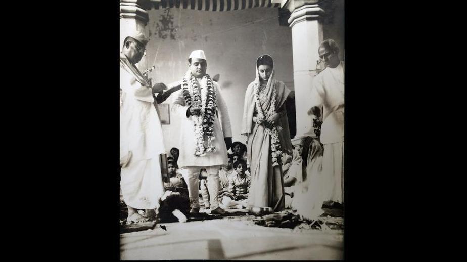 ایندیرا گاندی و همسرش (فیروز گاندی) در مراسم ازدواجشان در سال هزار و نهصد  و چهل و دو