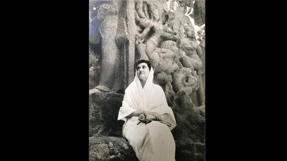 عکسی که از طریق راجیو گاندی ناچیزی بعد از درگذشت فیروز گاندی در سال هزار و نهصد و شصت و یک ثبت شده است