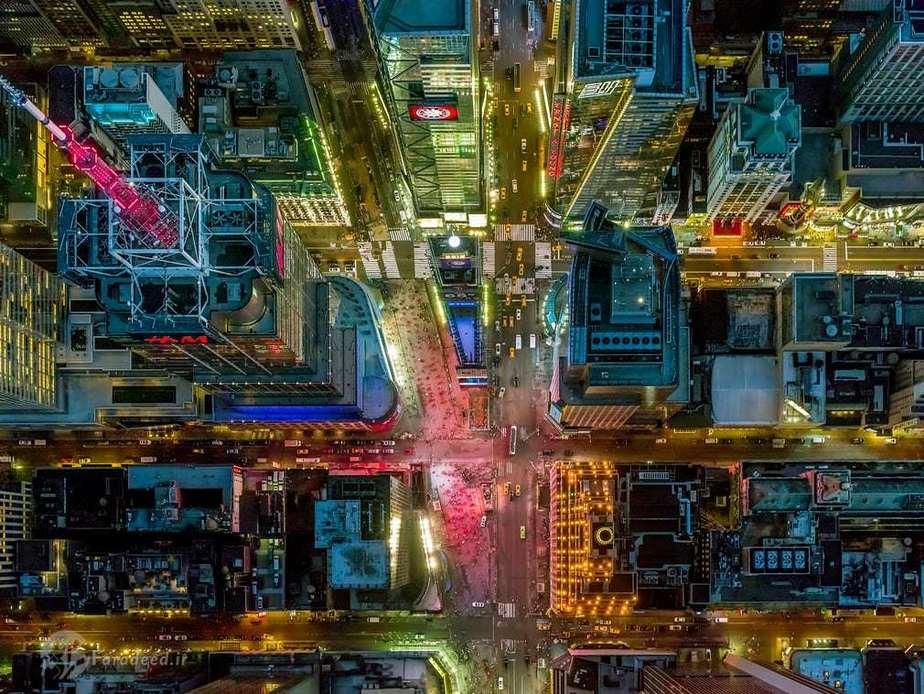 میدان تایمز نیویورک که یکی از جاذبه های گردشگری دنیا هست و هر ساله اکثر از صد و بیست میلیون نفر از آن بازدید می کنند