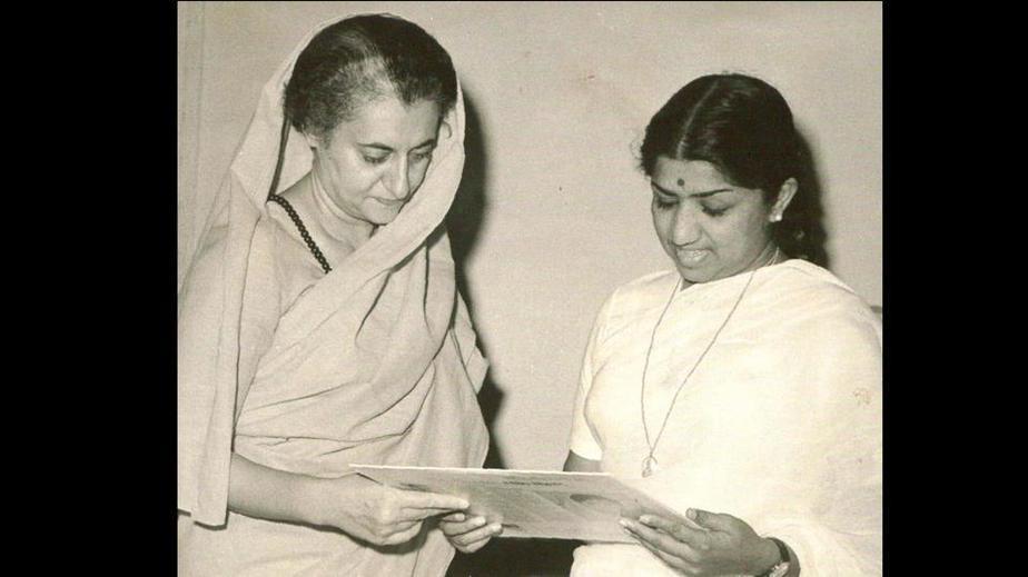 ایندرا گاندی در حال دریافت برنامه جامع در سال هزار و نهصد و شصت و هشت