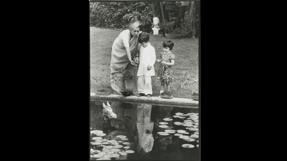 ایندیرا گاندی به همراه نوه هایش (راهول و پریانکا) در سال هزار و نهصد و هفتاد و پنج در باغ دفتر نخست وزیری