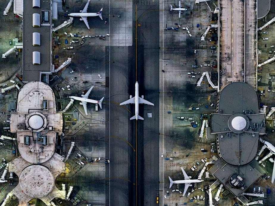 فرودگاه دنیای لس آنجلس که دومین فرودگاه ایالات متحده و یکی از پرازدحام ترین فرودگاه های دنیا هست و تقریبا هشتاد و یک میلیون نفر در سال دو هزار  و شانزده از مسیر پایانه های آن گذر کرده اندو تنها فرودگاه دنیا هست که به عنوان مرکز پنج خط هوایی کلیدی شناخته می شود