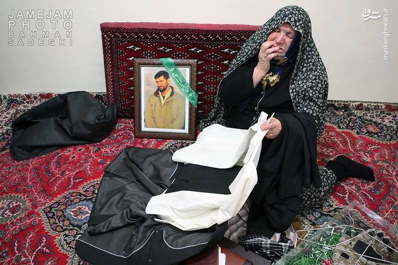 عکس/ دلتنگی های یک مادر شهید مدافع حرم