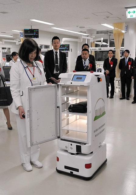 مساعدت ربات ها به شیفت شب یک بیمارستان! +تصویر