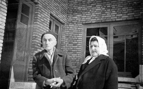 نیما یوشیج و همسرش در خانه دزاشیب