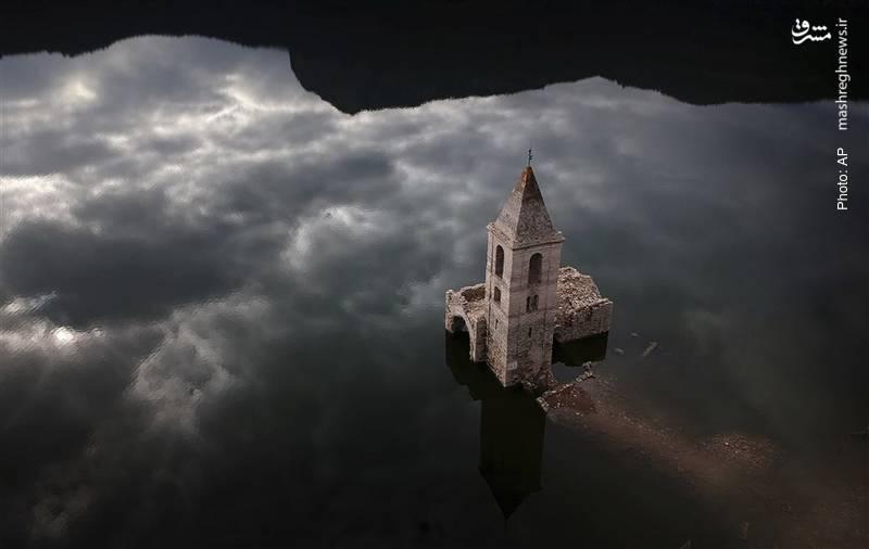 لیسایی قدیمی بالای (انعکاس) ابرهای آسمان در اسپانیا