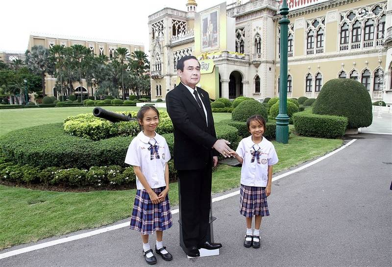 ماکت نخست وزیر تایلند که برای جواب به سوال خبرنگاران در کنفرانس خبری حاضر گردید!