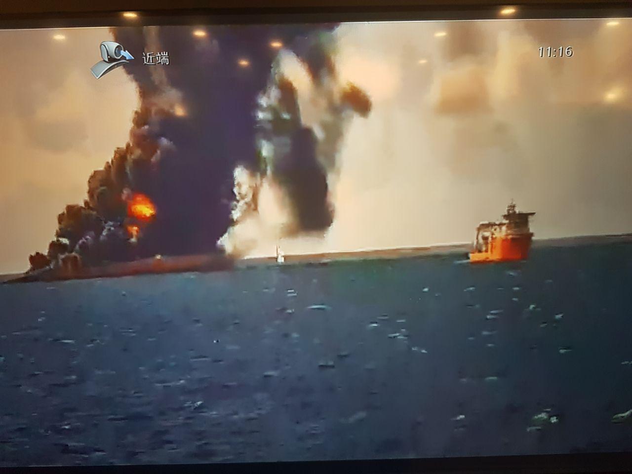 گروه امداد و نجات در نزدیکی نفتکش حادثه دیده