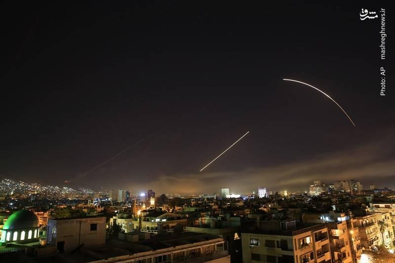 جدال موشکهای غربی و پدافندهای سوری در دمشق پس از حمله محدود سه کشور غربی به سوریه به بهانه حمله شیمیایی مشکوک در غوطه شرقی