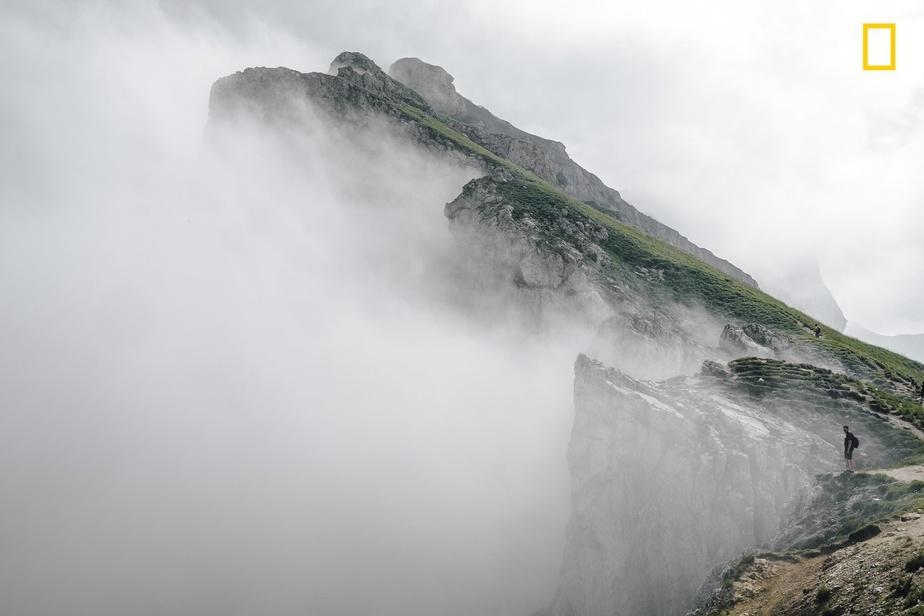عکاس: گوئیلام فلاندر / لبه تیغ / کوهستان تیرول در ایتالیا احاطهشده در ابرها / ما تنها مهمانان زمینیم!