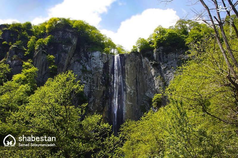 ارتفاع تقریبی آبشار لاتون ۱۰۵ متر هست که به لحاظ بلندی، مرتفع ترین آبشار گیلان و ایران محسوب می شود.