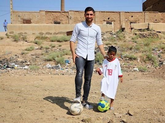 حرکت انسان دوستانه ستاره تیم ملی/ لباس جهانبخش بر تن کودک کوره آجرپزی+عکس