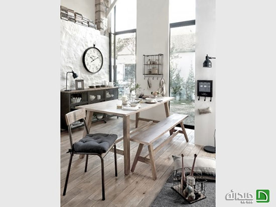 استفاده از نیمکت های چوبی به عنوان میز غذاخوری