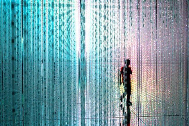 راه رفتن میان نور در تصویر روز نشنال جئوگرافیک