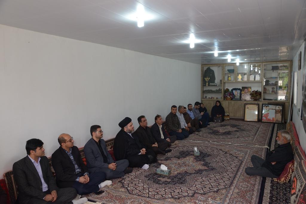 آماده//هیات رئیسه دانشگاه آزاد بوشهر با خانواده اولین شهید مدافع حرم استان دیدار کردند