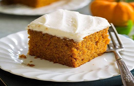 طرز تهیه کیک کدو آسان با تزئین خامهای به صورت تصویری