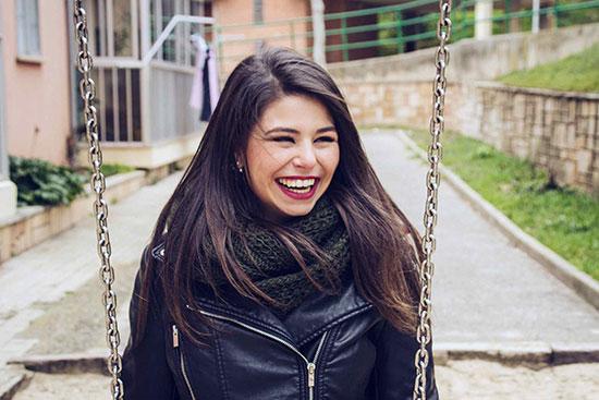 چه زمانی تظاهر به شاد بودن خوب است و چه زمانی بد