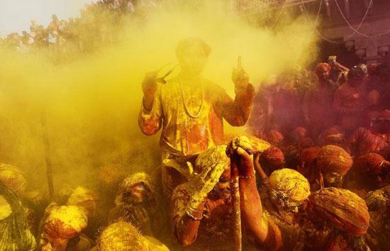 جنگ خیابانی هندیها با سطلهای رنگ!
