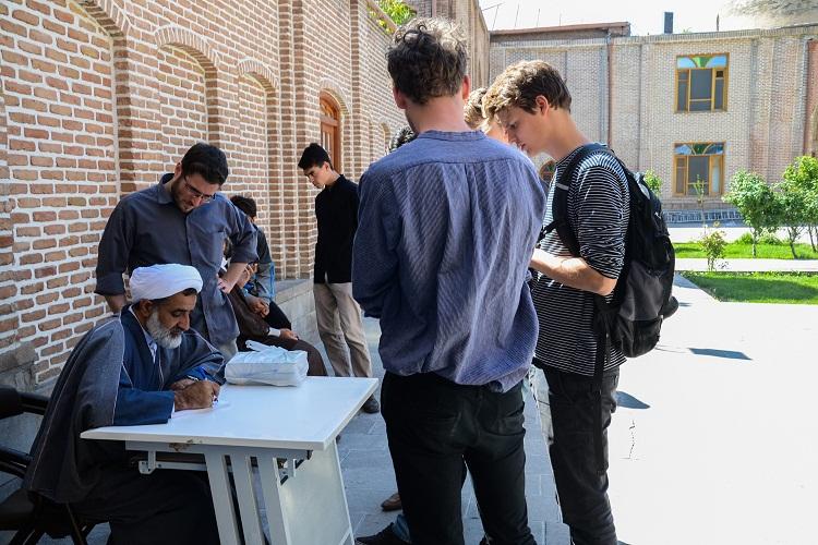 حضور سه توریست هلندی در امامزاده سید حمزه(ع) تبریز
