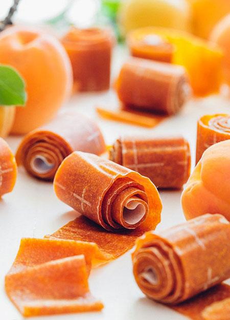 طرز تهیه انواع لواشکهای خوشمزه با میوههای بهاری