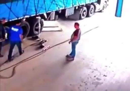 انفجار لاستیک کامیون حین تعویض + فیلم